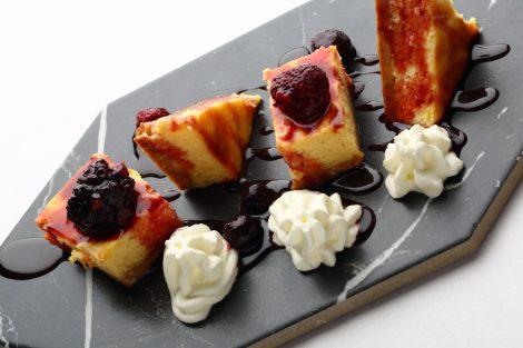 Tarta de queso casera pasión con frutas del bosque