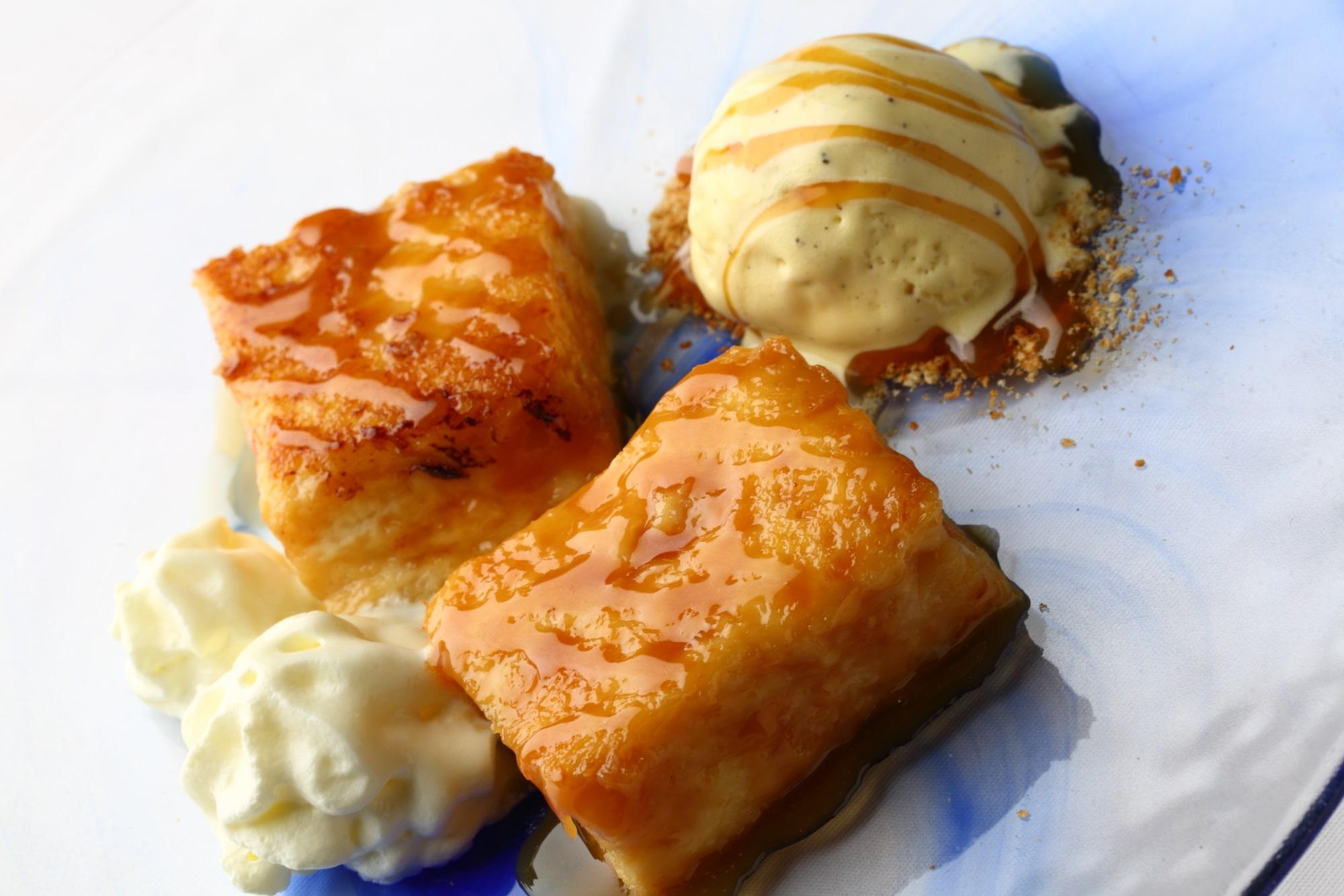torrija-caramelizada-helado-postre-min