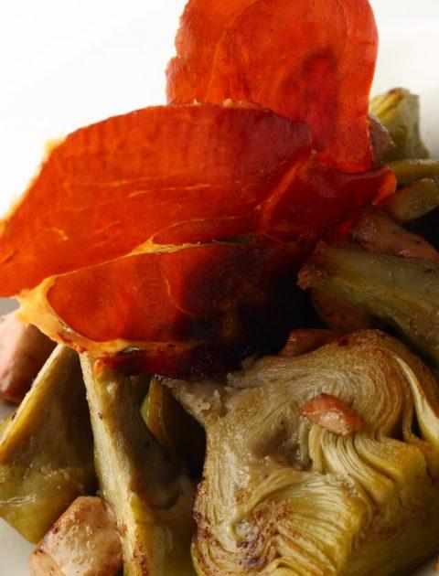 6.Alcachofas naturales con foie y crujiente de jamón