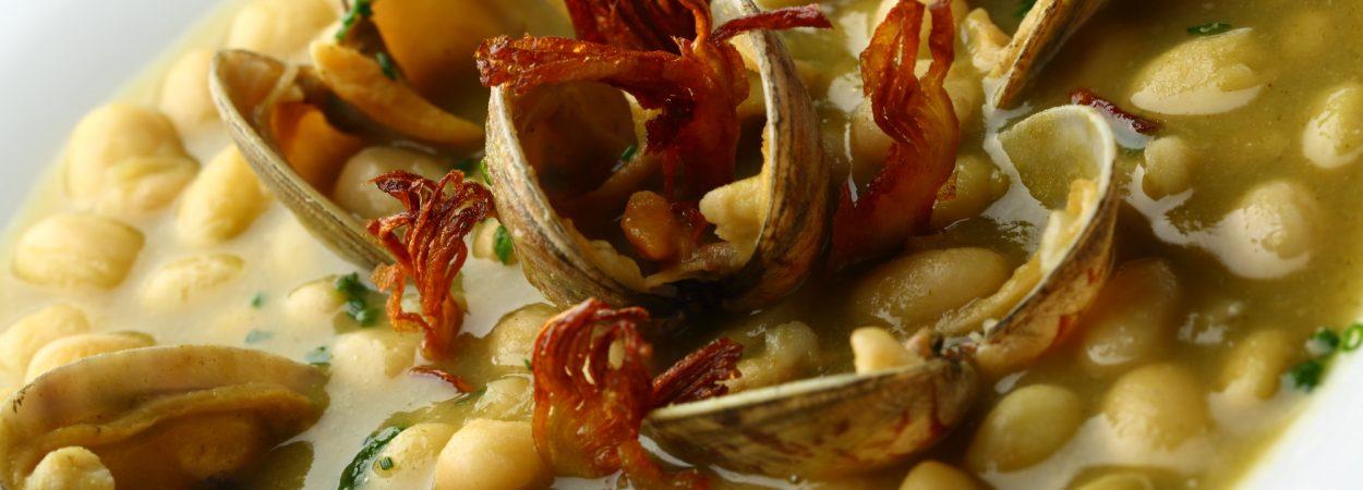 pochas frescas con almejas y crujiente de alcachofa